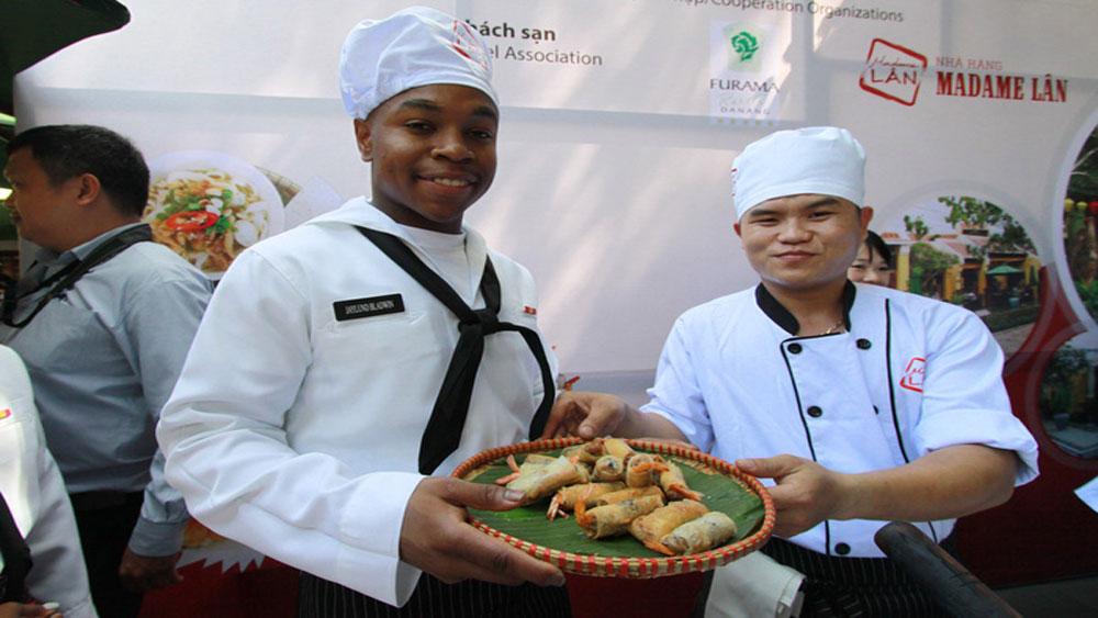 Đầu bếp tàu sân bay Mỹ trải nghiệm làm món ăn Việt Nam
